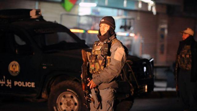 صورة لجندي أمام مكان التفجير
