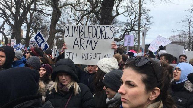 متظاهرون يحملون لافتات مستوحاة من رواية هاري بوتر