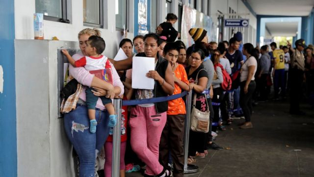Venezuela crisis: Migrants dash to cross Peru border