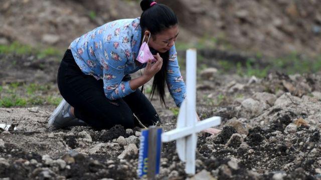 Mujer en Honduras llorando a un familiar muerto por covid-19.