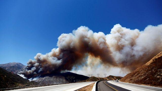 Humo causado por el incendio Blue Cut