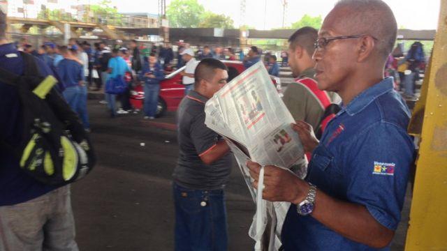 Un trabajador siderúrgico lee el periódico en una manifestación sindical fuera de la planta de Sidor en Ciudad Guayana.