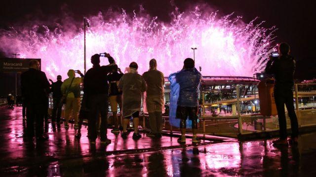 Grupo assiste a queima de fogos do encerramento da Olimpíada do lado de fora do Maracanã