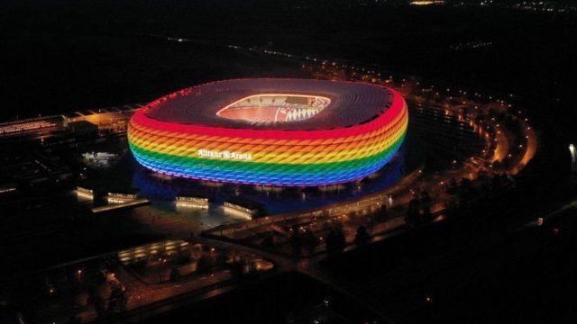 Münih stadyumu daha önce gökkuşağı renkleriyle aydınlatılmıştı, ancak UEFA federasyonun siyasi ve dini olarak nötr tutum alması gerektiğini belirtti