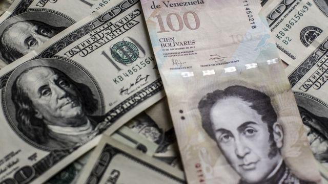 100 bolívares y dólares