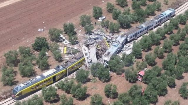 単線で起きた正面衝突事故でいくつかの車両は大破した