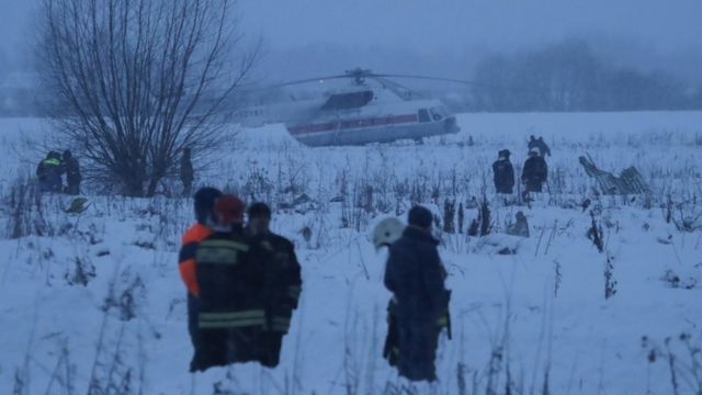Equipes de emergência no local onde o avião caiu