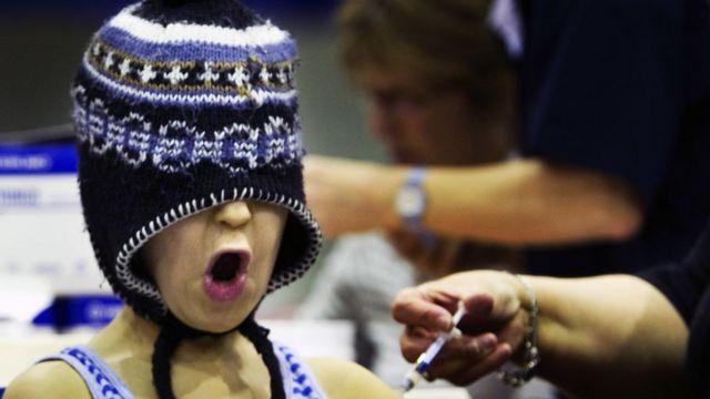 Dečak koji se plaši vakcine pokrio je lice kapom
