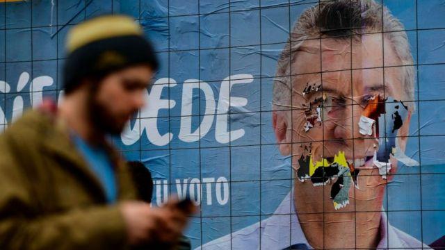 Cartaz de Macri vandalizado em rua de Buenos Aires