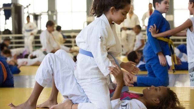 Crianças recebem aula de judô