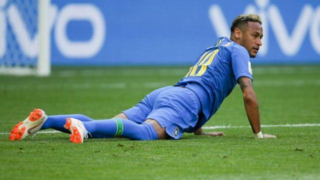 Neymar en el suelo.
