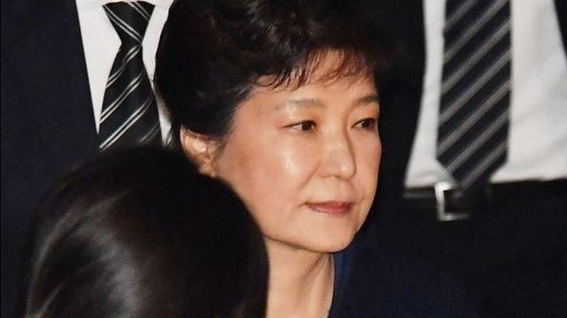 Tổng thống bị truất quyền của Nam Hàn, bà Park Geun-hye, rời khỏi tòa sau khi nghe đọc yêu cầu của công tố bắt giữ bà tại Tòa Quận Trung tâm Seoul ngày 30 tháng Ba năm 2017, Nam Hàn