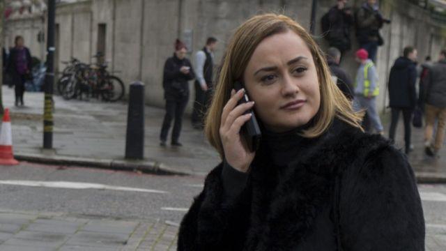 伦敦街头一名女士接听电话(资料图片)