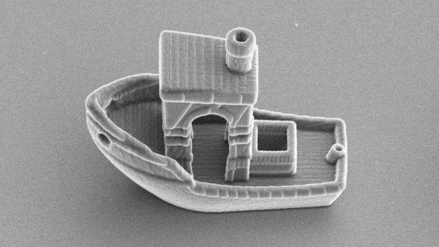 Esta partícula con forma de barco tiene 30 micrómetros de largo.