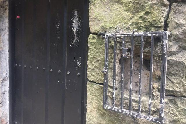 Puerta de la mansión