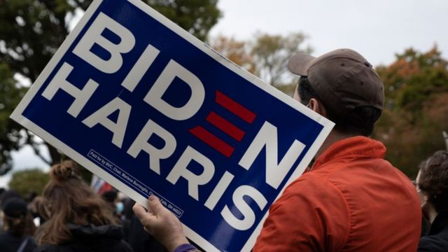 Seguidor de Biden con un cartel