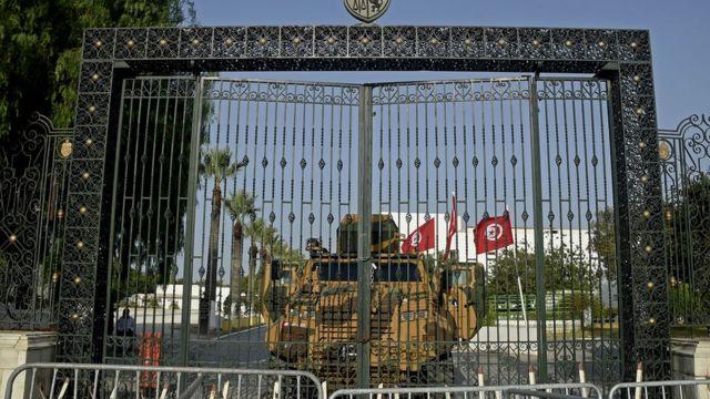 قام الجيش التونسي بتحصين مبنى البرلمان في العاصمة تونس في 26 يوليو/ تموز 2021 ، بعدما أقال الرئيس رئيس الوزراء وأمر بإغلاق البرلمان لمدة 30 يوما.