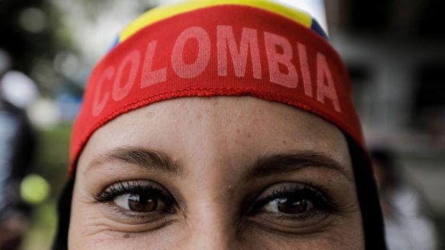 Mujer con una bandana de Colombia.