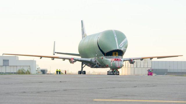 Un Airbus Beluga XL en una pista de aterrizaje.
