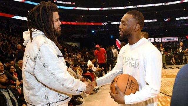 J. Cole (ibumoso) aramutsa Kemba Walker muri NBA All-Star Game mu kwezi kwa kabiri 2020 i Chicago, Illinois, US.