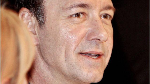 倫敦的老維克劇院說已經有20人前來投訴史派西的不檢點行為。他曾在老維克劇院做過藝術總監多年。