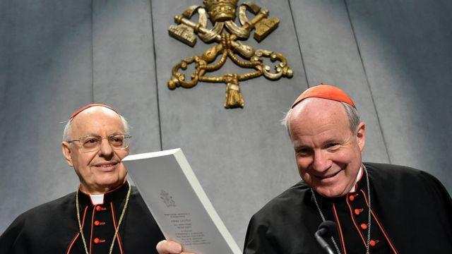 Cardeal Christoph Schonborn segura uma cópia da publicação