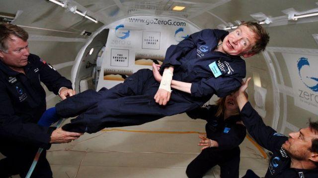 Hawkings oo mar dhex tagay dayac-gacmeed hawada sare ku jira