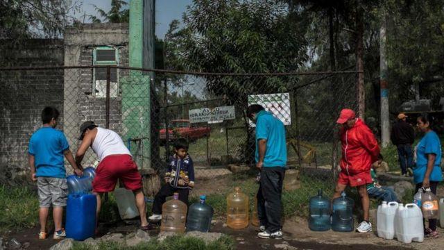 سكان المدينة يصطغون لتعبئة بعض القارورات بالمياه