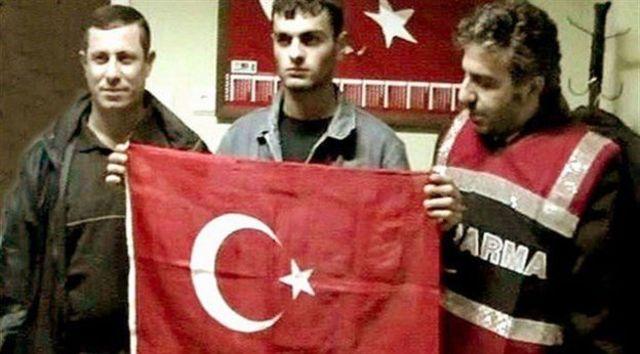 Ogün Samast'ın yakalandıktan birkaç gün sonra bazı polis memurlarıyla birlikte Türkiye bayrağı önünde çekilmiş görüntüleri yayımlandı
