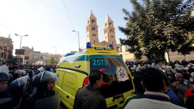 حشود حول الكنيسة في العباسية بعد التفجير