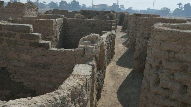 جدران منازل فرعونية كانت مدفونة تحت الرمال