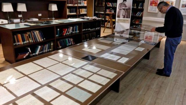 Manuscritos en exhibición en la exposición en la Universidad Hebrea de Jerusalén