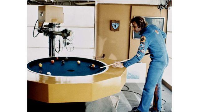 Las escenas interiores de la película fueron filmadas a bordo de un portaaviones abandonado de la Guerra de Corea, atracado en un astillero en Long Beach, California.