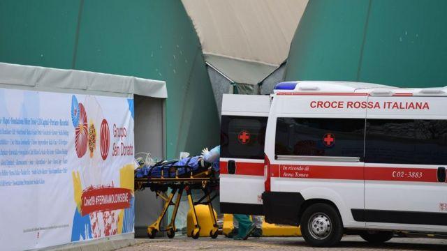 Paciente de coronavírus chega de ambulância a hospital italiano