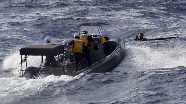 海上保安庁の船と漁船乗組員