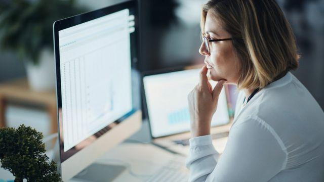 Mujer trabajando frente a una pantalla
