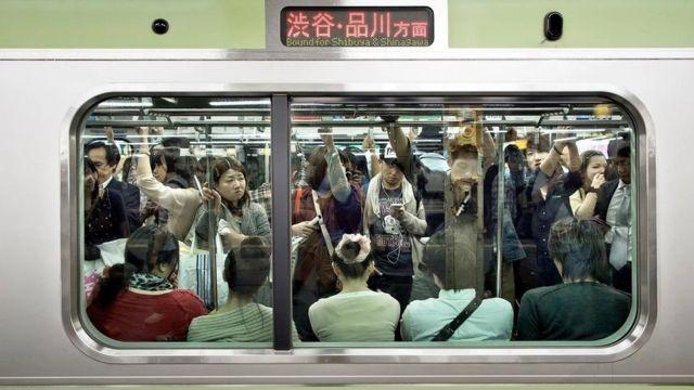 Japonya'da metro yolcuları