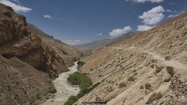 帕米尔公路一大段路线沿着分隔阿富汗和塔吉克斯坦的汹涌的喷赤河