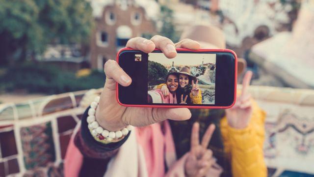 Celular con un selfie enfocado