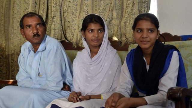 O marido de Asia Bibi, Ashiq Masih, e as filhas do casal, Esham e Esha