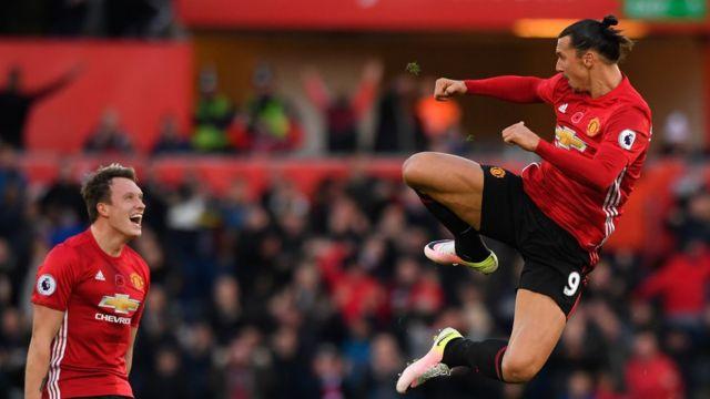 إبراهيموفيتش يحتفل بأحد أهدافه مع مانشستر يونايتيد
