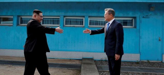 Kim Jong-un and Moon Jae-in meet at the Korean border