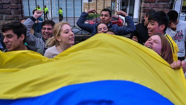 Jóvenes colombianos festejan la victoria del no en el referendo.