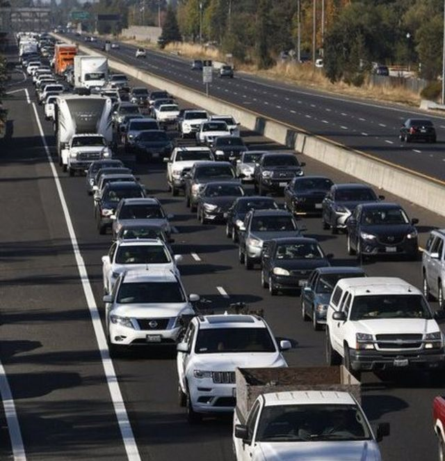 Autos escapan por la carretera 101.