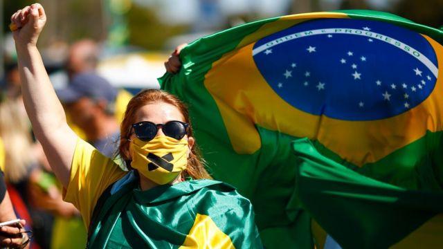 Pessoas participam de protesto a favor do presidente e contra o governador de Brasília em 14 de junho