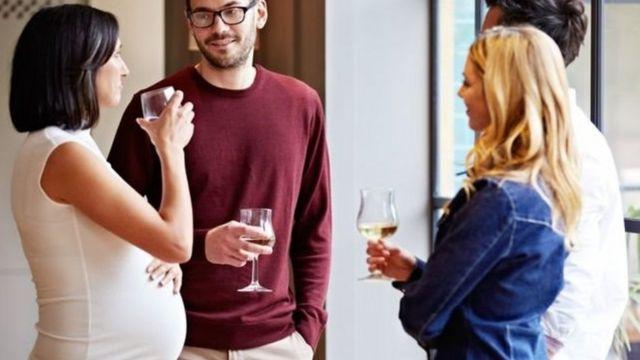زنان باردار در حال نوشیدن مشروب الکلی