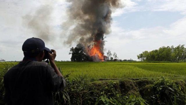 रख़ाइन में जलता हुआ मुसलमानों का गांव