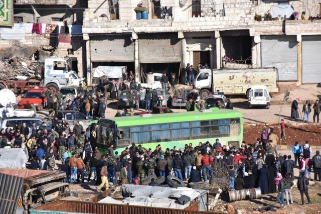 Muchos de los habitantes de Alepo salieron en autobús.