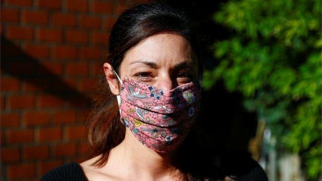 Una mujer con una mascarilla de tela