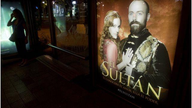 """Un cartel promociona la serie turca """"El Sultán"""" en una calle de Santiago de Chile."""